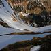 Gähnender Tiefblick über die steile Ostflanke des Güggisgrates ins 700m tiefer liegende Justistal.