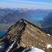 Gipfelaussicht vom Morgenberghorn (2248,8m) über den Leissiggrat der scheinbar Thunersee (558m) und Brienzersee (564m) trennt. Über dem Brienzersee ist schön der lange Brienzergrat zu sehen.