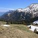 Die Restschneefelder hatte ich hinter mir und das Strässchen von der Alp Mittelberg (1633m) war auch schon zu sehen. Nun musste ich nur noch dem Strässchen entlang laufen um zu meinem Fahrrad zu gelangen. Der breite wuchtige Berg links oben ist die Höji Sulegg (2412,9m).<br /><br />