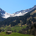 Rückblick bei Saxeten (1110m) aufs Morgenberghorn (2248,8m) rechts oben und den Rengglipass (1879m) in der Bildmitte unter dem Rengghorn (2104m). Schön war die Tour aufs Morgenberghorn!