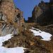 Blick aus knapp 2500m hinauf zur etwa 80m hohen schrofigen Steilrinne die in Sattel zwischen Vor- und Hauptgipfel leitet.