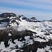Gipfelaussicht vom Hahnen (2606,5m):  auf den Ruchstock Südgipfel (links; 2812,3m), Hasenstock (2729m) und Engelberger Rotstock (rechts; 2818m). Vorn ist das Gross Gemsispil (2518,5m).