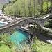 Il caratteristico Ponte dei Salti, poco dopo Lavertezzo, che supera le cristalline acque del Torrente Verzasca.