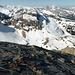 Auf den Schieferplatten am Cheibehore WNW-Grat: über der Chirgelischibe u.a. rechts die Spillgerte, links Les Diableretes