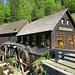 Aus dem Wald hinter der Hexenlochmühle kam ich herunter. Die Mühle wurde 1825 erbaut und ist noch funktionsfähig. Die Wasserräder sind aber wohl nur in Betrieb, wenn geöffnet ist.<br /><br />[https://www.hexenlochmuehle.de/ Hompage Hexenlochmühle]<br /><br /><br />