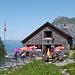 An diesem sonnigen Tag hat die Doldenhornhütte viele Tagesbesucher