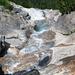 Vorne an der Kante beginnt der Wasserfall