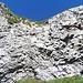 Hier befindet sich die Schlüsselstelle der Tour: Eine kurze, vielleicht drei Meter hohe und leicht überhängende Felswand, die eigentlich eine III wäre, aber mit einer Kette entschärft wurde. Hier heißt es: Füße in die Felswand gestemmt und hochgemuskelt.