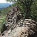 man kann links unten (Bild im Rückblick) den Felsen oft ausweichen, über die Kante ist aber sehr genüßlich und wegen der Felsen ist man ja doch da