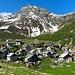 Il bel nucleo dell'Alpe Lendine (m 1710), collocato in una stupenda conca e dominato dal Pizzaccio (m 2.589). In alto a destra, la sella dove si trova il Lago Caprara nelle cui vicinanze è stato collocato il nuovo Bivacco Val Capra, inaugurato nell'estate del 2016. Superati bivacco e laghetto, si arriva al vicino Passo di Lendine, sul confine svizzero. (foto Fabio)