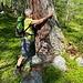 L'abbraccio simbolico a questo larice esprime il desiderato e sospirato ritorno alla montagna…. (foto Fabio)
