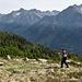 Jacky im Aufstieg über die Alpwiese Alp de Naucal