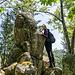 Der höchste Fels in der Granitgruppe hat lustigerweise die Form eines Bärenkopfs. Die Ameliebste hält sich mutig an seiner Nase fest.