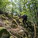 Eine verstreut herumliegende Felsgruppe (nicht auf der Karte verzeichnet, etwas östlich in Sichtweite des Pfads) macht uns dann endgültig neugierig. Wir wurschteln uns durchs Gelände hoch und übersteigen zunächst ein paar schmale, dann dickere Blöcke.