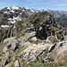 der Verbindungsgrat im Überblick; die Gipfelstange ist vor dem Schneefeld der Hinderi Spillgerte zu erkennen