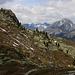 Links steht die Felsbastion Crap Nair (2434m) inmitten vom Berghang. Hinten grüsst der Piz Nair (3009,8m) im streng geschützten Schweizer Nationalpark. Da kein offizieller Bergweg auf den Piz Nair hochführt, könnte der formschöne Berg also nur illegal bestiegen werden.