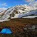 Biwakplatz am Lai da Chazforà (2596m).<br /><br />Gegen Abend lichteten sich die Wolken und die tief stehende Sonne wärmte die Landschaft - denn inzwischen war es auch endlich windstill geworden!<br /><br />Weit über dem Zelt ist der Gipfel vom Piz Turettas zu sehen. Mit dem Schnee sieht er viel höher als nur 2963m aus.