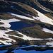 Piz Turettas (2963m): Tiefblick im Zoom vom Gipfel auf den Lai da Chazforà (2596m). Wer sieht mein Zeilt? :-)