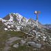 Der Vermessungspunkt P.2470,6m auf dem Bergrücken Muntet mit dem Piz Dora (2951m) im Hintergrund.