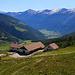 Alp Sadra (2046m) über den Val Müstair. Dabinter dtehen Piz Chavalatsch (links; 2762,9m), Piz Sielva (2851m) und Piz Chalderas (rechts etwas vorn; 2794m).