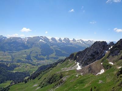 Blick aus der Wand zu den Churfirsten und unten die Alp Schrenit