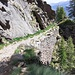Tratto esposto ma largo, dove è impressionante il muro di sostegno che esalta la maestria, con il quale, gli alpigiani hanno mantenuto nel corso degli anni una tale opera.