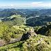 Den Rapsfelsen (1328 m) passieren wir oberhalb und haben weiterhin herrliche Fernblicke (hinten links nochmals schwach erkennbar die Alpen).