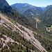 Blick aus der Gondel auf den Hutzenauersteig im Bereich der Geröllzone. Die Deutsche Alpenstraße führt hier Richtung Westen nach Reit im Winkl.