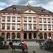 Das Rathaus von Gengenbach dient in der Vorweihnachtszeit als überdimensionaler Adventskalender, jede Fensteröffnung wird dann mit Theater und Musik zelebriert und von vielen Touristen besucht.
