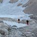 Bald machen wir uns dann aber auf den Weg über die Schnee- und Schuttfelder zum Einstieg.