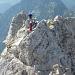 """Man spürt förmlich die Gedanken der Kletterin: """"Wo geh ich da jetzt am besten runter ?"""""""