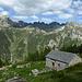 Zurück bei der Alp de Vazzola: darüber von rechts Piz d'Uria, Passo dei Contrabbandieri, Piz Camparasca, Pizzi dei Sambrog, Fil de Sambrog und Piz de Cressim, links der Anriss des Bergsturzes von 2013