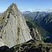 Nach der ersten Hürde, dem steilen Abstieg vom Piz Martèl auf dem Pizzo Caurga angekommen: unten rechts der Lagh de Cama, darüber zur Mitte Sass Castel und Torrone Alto und Basso