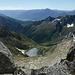 Ankunft auf dem Pizzo Campanile: Tiefblick zum glitzernden Lago di Darengo und zum Rifugio Como, dahinter das Veltlin, der Monte Legnone und die Bergamasker Alpen