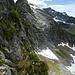 ...während man auf Schweizer Seite mit einem schmalen Pfad auf einem ausgesetzten Grasband Vorlieb nehmen muss. Darüber der Piz d'Uria, hinten rechts der Pizzo Paglia