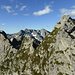Im Aufstieg über den Pizzi de Sambrog Mittelgipfel SSW-Grat: rechts der S-Gipfel, ganz links der Piz Camparasca, dazwischen über dem Piz d'Uria Fil del Martèl (rechts), Sasso Bodengo und Fil d'Uria (links)
