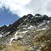 Piz di Setaggiolo di Dentro von der Bocchetta d'Egion: rechts der SW-Gipfel, links der NE-Gipfel, dazwischen das bereits weitgehend ausgeaperte N-Couloir, ganz links der Piz Gandaiole