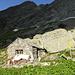 Die Alp de Setaggié in der Abendsonne, darüber der Piz di Setaggiolo di Fuori