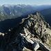 Gipfelgrat zwischen Piz di Setiaggiolo di Dentro SW-Gipfel und orografischem Knotenpunkt. Links darüber die Gipfel des Calancatals und das Rheinwaldhorn