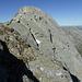 Trügerisch: vor dem Abbruch im Piz di Setaggiolo di Dentro NE-Gipfel NE-Grat, hinten der darauf folgende leichte Gipfelgrat, rechts am Horizont die Walliser Alpen