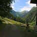 Nach ¼ Stunde war isch schon auf der Alp Eigne (1436m). Hier sah ich ins Längtal, in das ich zunächst auf einem Höhenweg wanderte.