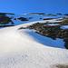 """Mein Aufstieg zum kleinen Firnsattel im Grat oberhalb P.3155m beging ich in einem """"Z"""". Ohne Steigeisen ging nichts, denn vor der Traverse zum Grat war der Firn hart und etwa 30° steil.<br /><br />Ganz hinten ist zudem der Gipfel vom Scherbadung / Pizzo Cervandone (3210,5m) zu sehen."""