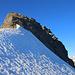 Scherbadung / Pizzo Cervandone (3210,5m):<br /><br />Den Einstig zu den Felsen unter dem Gipfel erreichte ich über einen wunderschönen Firngrat. Der kurze Felsgrat war überaschnd einfach. Am Ende des Firns folgte ich wenige Meter rechterhand den Felsen, dort leitet eine einfache Rinne (zirka 5m; Fels II-) auf den Grat welchen man auf den letzten Metern ohne Schwierigkeiten zum Gipfel geht.