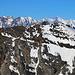 Scherbadung / Pizzo Cervandone (3210,5m):<br /><br />Gipfelaussicht über das Helsenhorn (3271,m) in Zoom zur Mischabelgruppe und Weissmieskette.Direkt über dem Helsenhorn erkennt man den etwas näheren Monte Leone (3553,4m) und rechts dahinter das Täschhorn (4490,7m) und der Dom (4545,4m). Rechts vom Dom sind Nadelhorn (4327,0m), Stecknadelhorn (4241m) und Hohberghorn (4219m). Links auf dem Foto stehen das Lagginhorn (4010,1m) und das Fletschhorn (3993m).