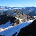 Scherbadung / Pizzo Cervandone (3210,5m):<br /><br />Gipfelaussicht über Strecken vom obersten Teil der Aufstiegsroute und ins Goms. Hinter dem namenlosen P.3112m sind in diesem unübersichtbaren Gebirgsteil Punta Gerla (3087m) und das Schwarzhorn / Punta Marani (3108m).