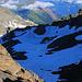 Den Gipfelaufbau hatte ich schon hinter mir gelassen und mein Blick geht vom Felsriegeldurchschlupf auf 2995m hinunter zum Felsgrat mit P.2817m. Der Gratpunkt liegt gleich links vom Schatten oberhalb des langen Firnfeldes das ich in seiner ganzen Länge abrutschen konnte. Links ist noch das Wannihorn (2866,5m) zu sehen.