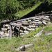 Die Hütte bei P.2056m vom Lärchenstafel wurde schon von etlichen Jahren aufgegeben, nachdem sie von Lawinen beschädigt wurde.