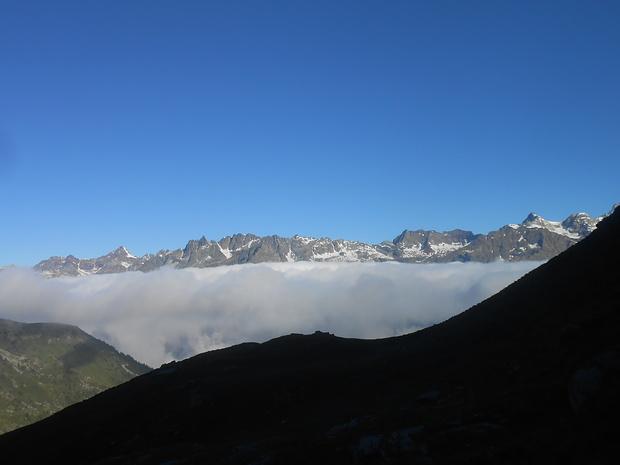 Da un mare di nuvole emergono le cime.