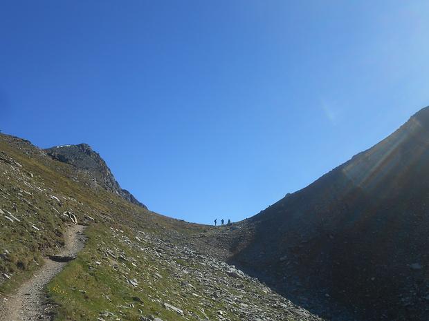 Arrivo al Col de Nanaz, si vedono bene rispettivamente sinistra e destra l'inizio della salite alla Becca Trecare e alla Bec de Nana.