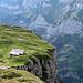 Schöner Wohnen auf der Chlus. Am Berghang unter der Marwees sieht man einen Teil vom Schrennenweg, der die andere Alternative beim Rückweg in das Tal war.